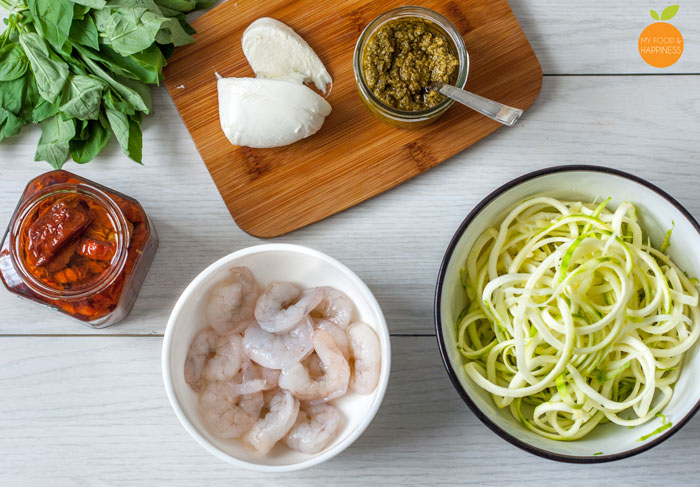15-minute Soft and warm courgetti / zoodles in green Basil pesto sauce with King Prawns, sun-dried tomatoes and melted mozzarella. Nutritious Low-carb and Paleo meal that you can make with your spiralizer in no time!!