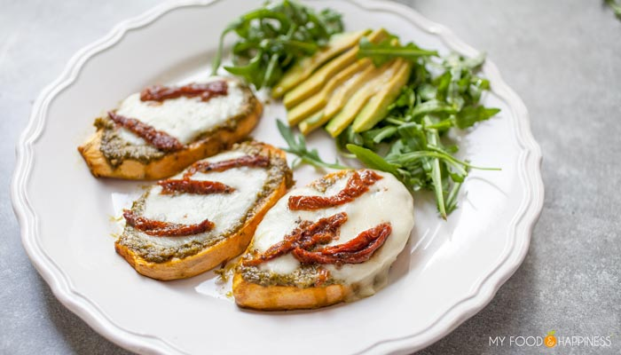 Easy, veggie meal in less than 30 mins! These pesto sweet potato mini pizza slices are super delicious, low-carb and gluten-free.