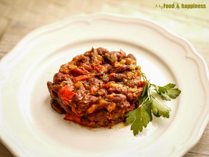 Лесен червен боб със зеленчуци на тиган