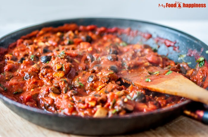 Olive & mushroom delicious easy vegetarian tomato pasta / spaghetti sauce